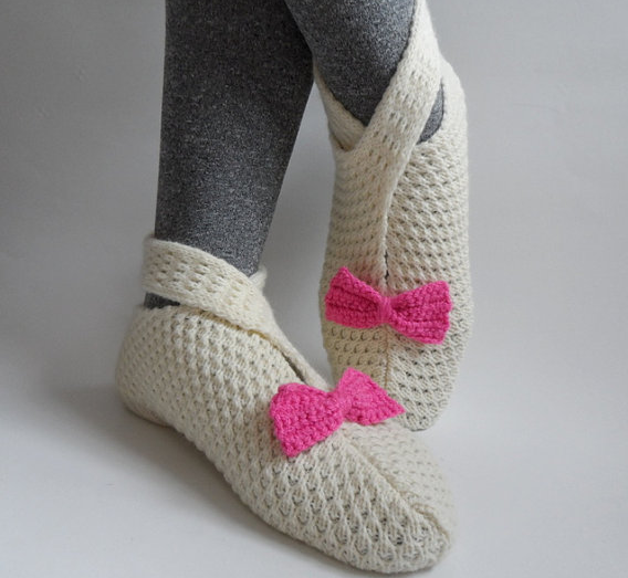 Cream and pink crochet slippers. From Fizz Accesory's Etsy store